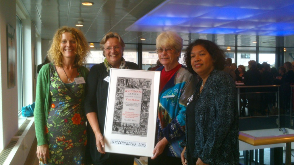 De winnaars van de 1ste, 2de en 3rde prijs, met het kunstwerk en Wil Voogt