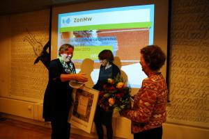 Overhandiging van bloemen door secretaris Stichting Avicenna, Loes van Willigen