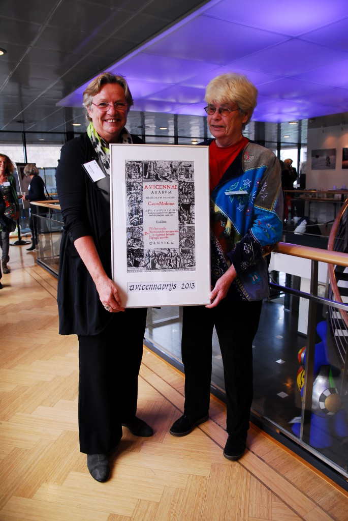 Het kunstwerk in handen van de winnaar van 2013, Marion Ferber, projectleider van het project SuNa, en de voorzitter van de Stichting Avicenna, Wil Voogt
