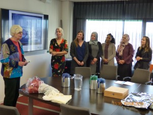 Voorzitter Wil Voogt van Stichting Avicenna reikt de prijs uit aan initiatiefneemster Jacqueline van Zoest